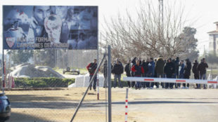 El grupo ultra ilegal del Sevilla 'Biris', el día que invadieron el...