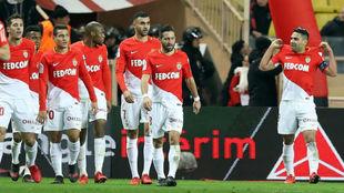 Falcao festeja su gol ante el Niza ante la mirada de todos sus...
