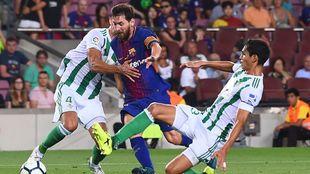 Messi, ante dos defensas béticos