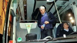Setién, bajándose del autobús del equipo