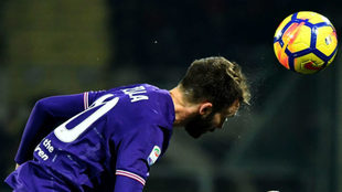 Pezzella despeja un balón de cabeza en un partido con la Fiorentina.