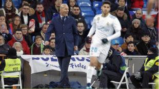 Zidane, dando instrucciones al equipo, con Asensio en primer plano.