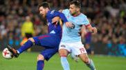 Jonny pelea un balón con Messi