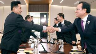 Los miembros de las dos delegaciones se estrechan la mano tras...