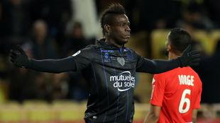 Balotelli festeja uno de los dos goles anotados contra el Mónaco.