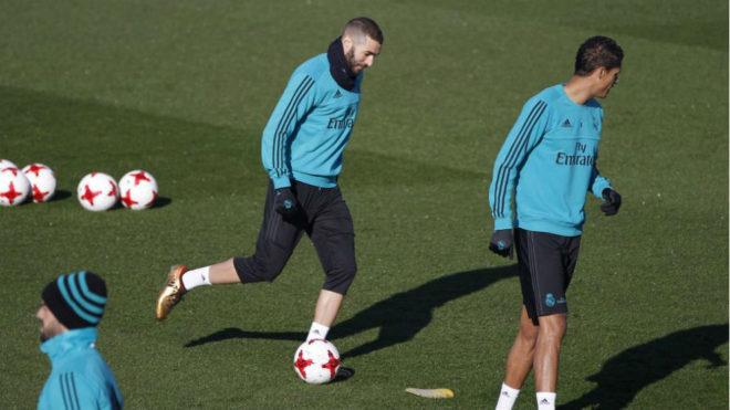Benzema conduce un balón en el entrenamiento en Valdebebas.