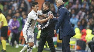James y Zidane se estrechan la mano.
