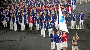 Las delegaciones de Corea del Sur y Corea del Norte, durante su...