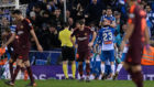 Los jugadores del Espanyol celebran su gol ante la desolación de los...