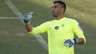 Adán, en un entrenamiento con el Betis.