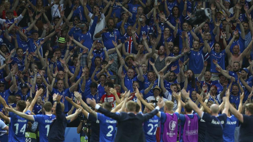 Los jugadores de Islandia saludan a su afición durante la Eurocopa de...