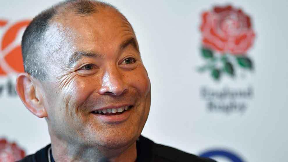 Eddie Jones, delante del escudo de la Federación inglesa de rugby