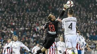 Oblak vuela ante Sergio Ramos en la eliminatoria copera de octavos de...