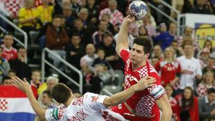El croata Mamic ante el bielorruso Andrei Yurynok, durante el partido...