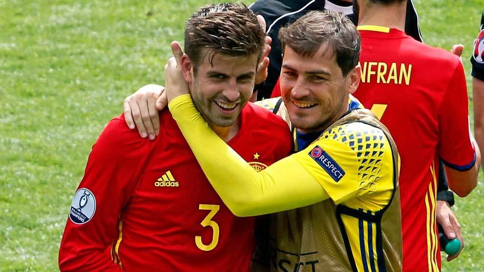 Iker Casillas abrazando a Gerard Piqué en la Eurocopa de 2016