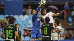 Grippo y Javi Varas en el 1-1 de la primera vuelta en La Romareda