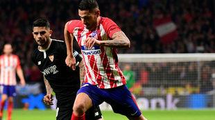 Vitolo, junto a Banega, durante un partido entre Atlético de Madrid y...