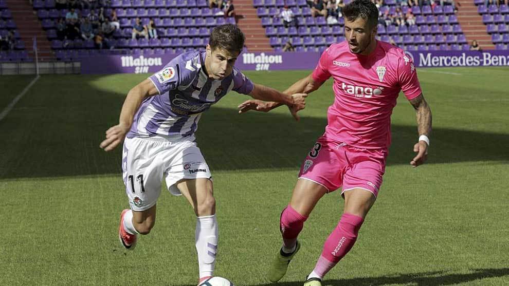 Pinillos disputa un balón con Hervías en el Valladolid-Córdoba de...