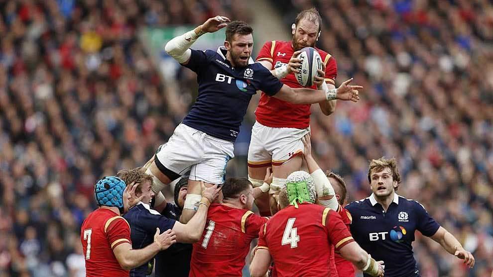 Alun Wyn Jones conquista una 'touche' durante el Escocia-Gales del...
