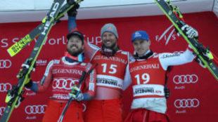 Svindal (en el centro) en el podio entre Matthias Mayer (derecha) y...