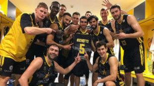 Los jugadores del Iberostar Tenerife le dedican un triunfo a Nico...