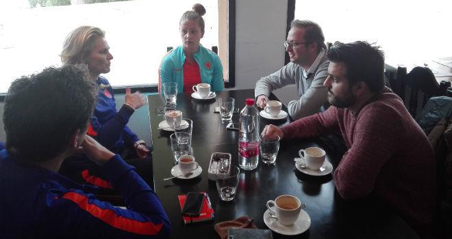 Momento de la entrevista de Martens y Wiegman con los redactores de...