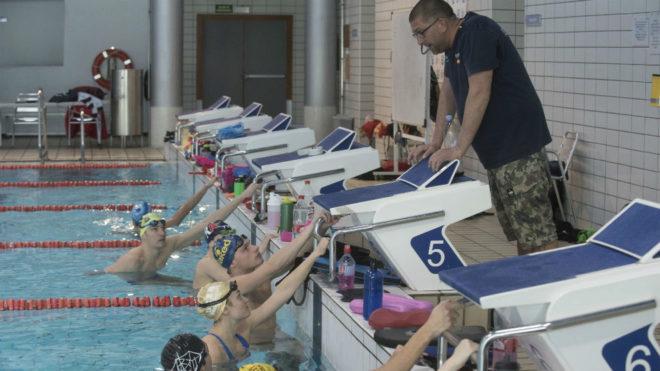 El entrenador Fred Vergnoux da instrucciones a sus nadadores en el CAR...