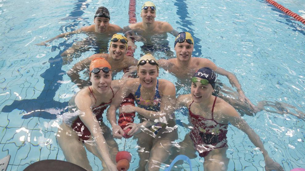 Mireia Belmonte y sus compañeros de entrenamientos.