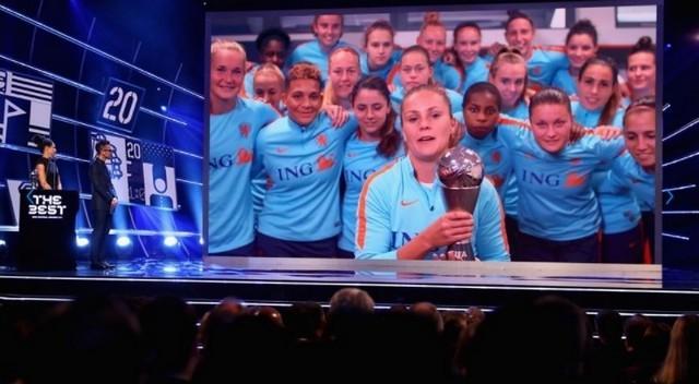 Lieke Martens recibiendo por videoconferencia el premio The Best.