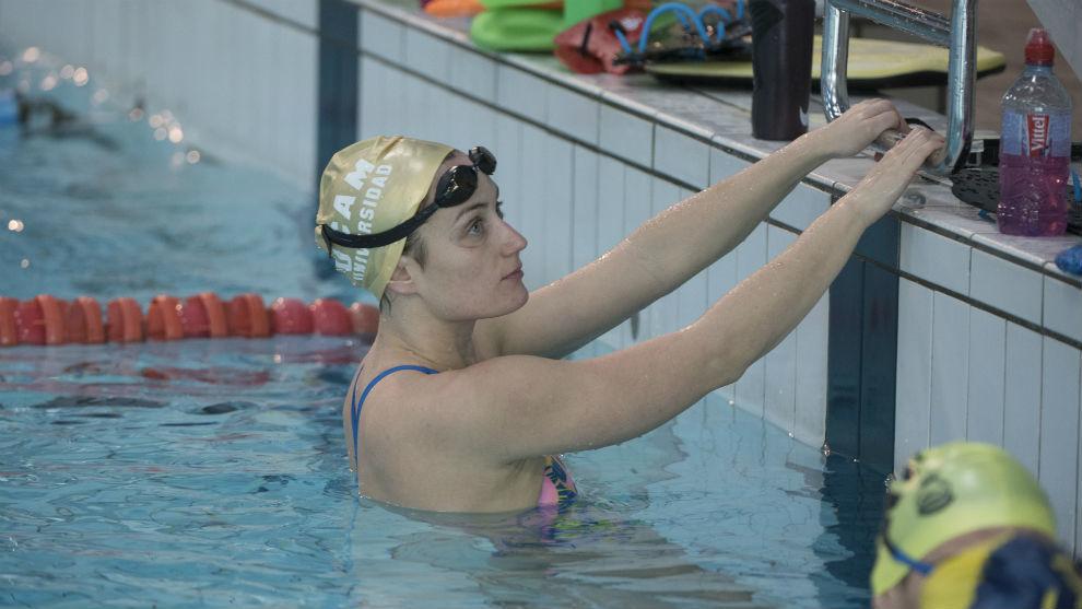 La nadadora, en un receso de su entrenamiento