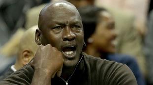 Michael Jordan durante un partido de los Hornets