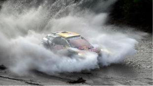 Carlos Sainz cruza un río.