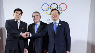 Thomas Bach con los representantes de Corea del Norte (izquierda) y...