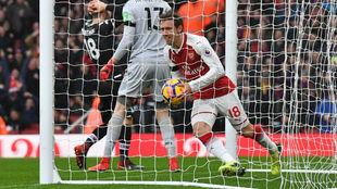 Nacho Monreal recoge el balón tras marcar el tanto inicial del...