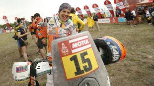 Laia Sanz sonríe al término del Dakar.