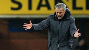 José Mourinho durante el partido de hoy en Premier.