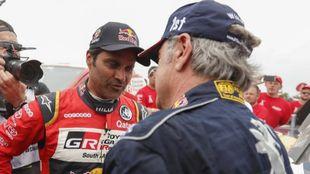 Carlos Sainz recibe la felicitación de Nasser Al-Attiyah