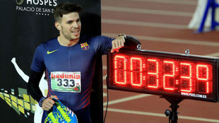 Husillos (24 años) junto al crono con su récord.