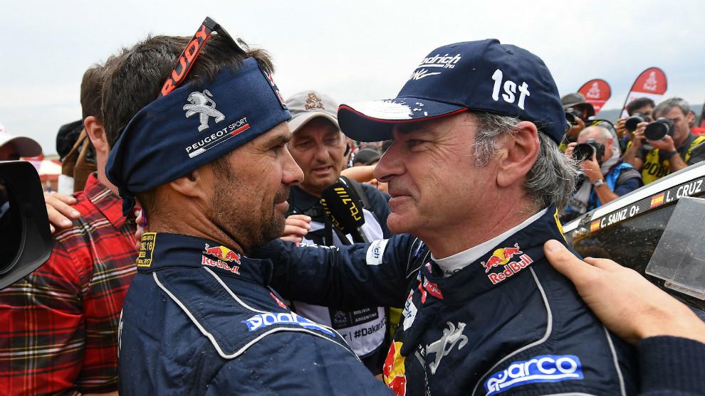 Carlos Sainz felicitado por Cyril Despres.