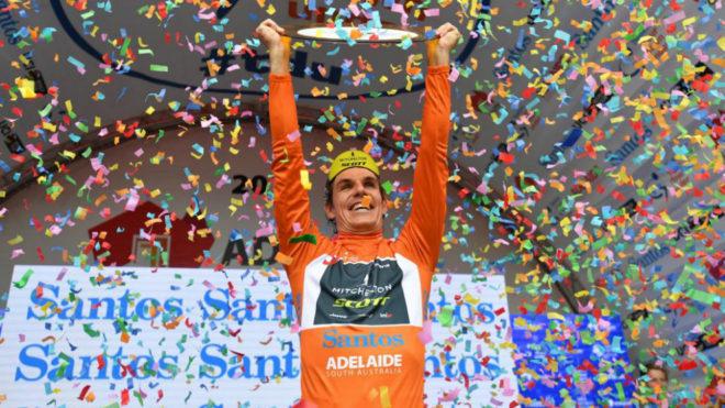 Daryl Impey celebra su victoria final en el podio.
