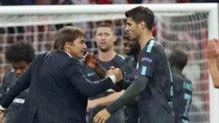 Antonio Conte felicita a Morata tras el Atlético-Chelsea de Champions