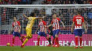 Los jugadorse del Atético lamentan el gol de Portu.