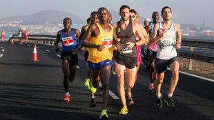 Moses Mbugua, dorsal número 3, durante el Maratón