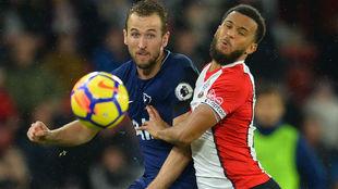 Kane, con Bertrand, del Southampton.