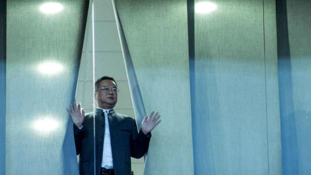 Chen Yansheng observa las gradas del RCDE Stadium desde una de las...