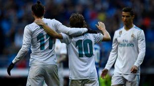 Bale y Modric celebran el cuarto gol del Madrid