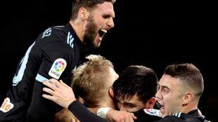 Los jugadores del Celta celebran el gol de Maxi Gómez