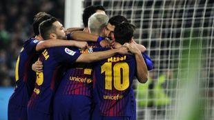 Los jugadores del Barcelona celebran el gol de Luis Suárez
