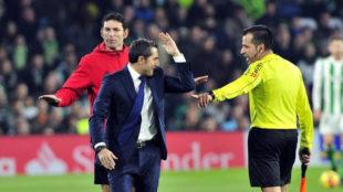 Valverde discute con el juez de línea.