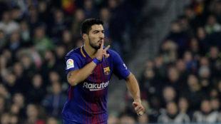 Luis Suárez celebra un gol en el Benito Villamarín.